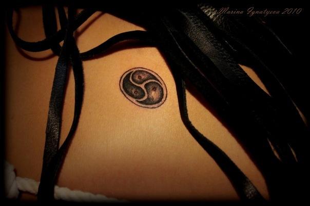 татуировки и знак бдсм