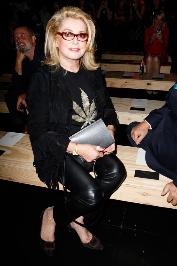 Катрин Денев в первом ряду на Неделе моды в Париже (показ Ив Сен Лоран весна-лето 2015)
