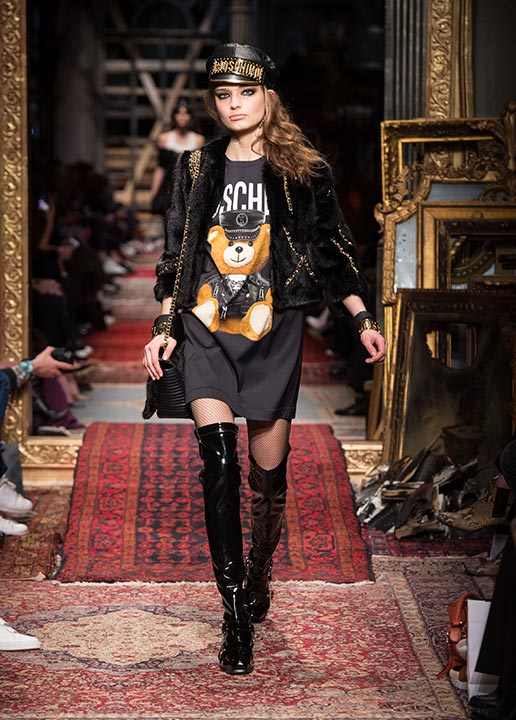 Модный лук с ботфортами фото с подиума от Moschino Fall-2016-Winter-2017