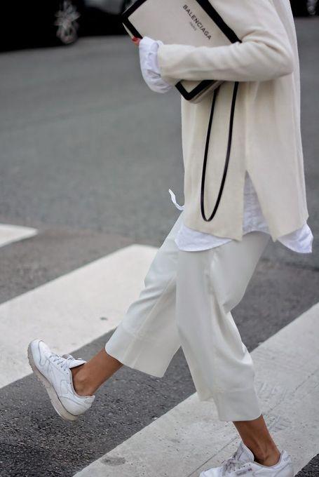 белая рубашка с белыми брюками фото луки